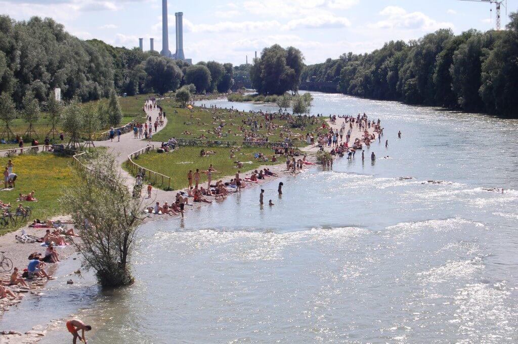 ... und nach der Revitalisierung mit aufgeweitetem Flussbett und abgeflachten Ufern (©Walter Binder).