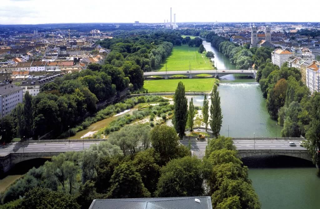 Die Isar mitten in München vor der Revitalisierung ... (©Wasserwirtschaftsamt München)