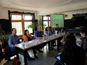 Umweltverbände und Gemeindevertreter präsentieren die Umfrageergebnisse: Die Bevölkerung will die naturhaheste Rhesi-Variante (© Lebendiger Alpenrhein)